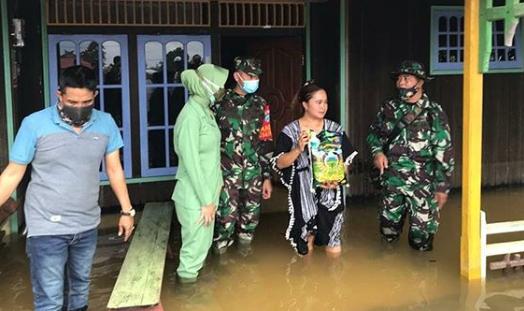 Tinjau Banjir di Kotawaringin Lama, Dandim 1014 Pbn: Masyarakat Membutuhkan Air Bersih