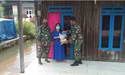 Kodim 1017/Lamandau Bekerja sama Dengan pihak swasta beri membantu Korban banjir