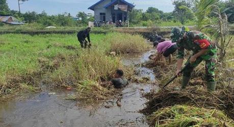 Minimalisir Resiko Banjir, Koramil Sukamara Bersama Warga Gotong-royong Bersihkan Parit.