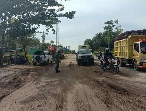 Sigap, Babinsa Desa Melawen Bantu Urai Kemacetan Akibat Laka Lalin