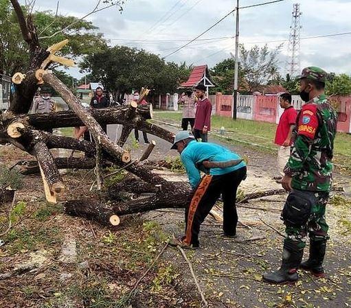 Jumat Bersih, Babinsaramil 1015 - 14/KPB Kerja Bakti Bersihkan Lingkungan