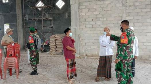 Danramil Arsel Serahkan Bantuan Semen Untuk Masjid