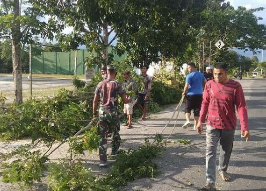 Koramil Kurun Bersama Warga Gotong Royong Bersihkan Area Masjid