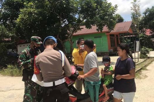 Babinsa Edukasi Warga Dalam PPKM Mikro Desa Tuyun