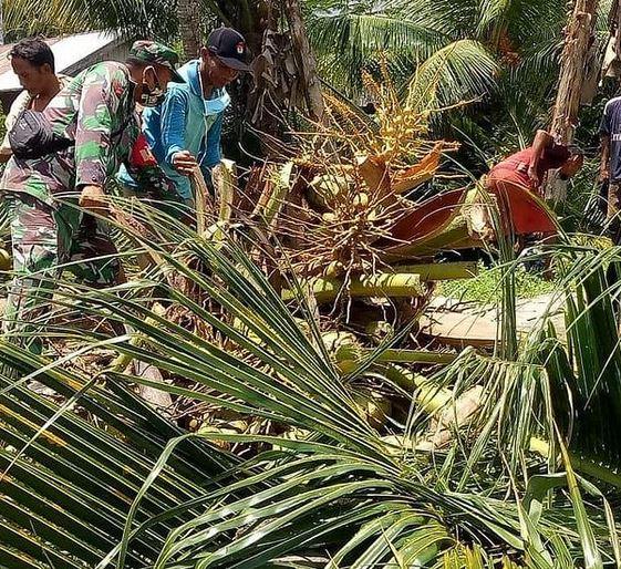 Gotong Royong Babinsa Koramil 1015-06/Smd Bersama Warga Bersihkan Ranting Dan Pohon