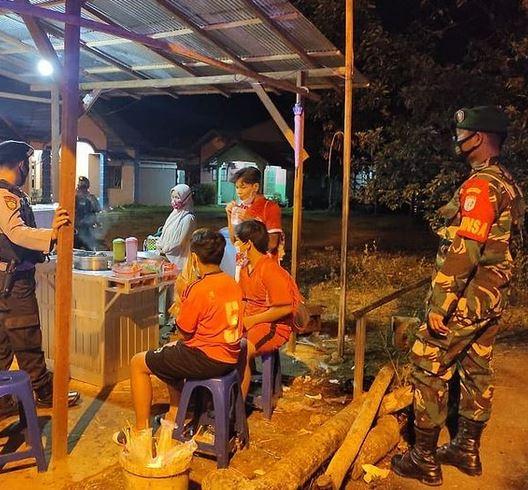 Babinsa Koramil 1012-04/ Tamiang layang Melaksanakan Giat Patroli Yustisi malam hari