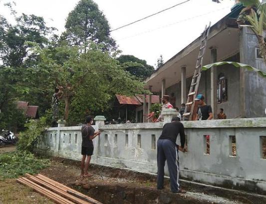 Jumat Bersih, Babinsa Koramil 1013-10/Saripoi Bersama Masyarakat Bersihkan Lingkungan Masjid.