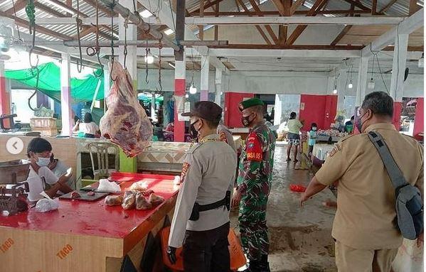 Berpatroli di Pasar Karang Mulya, Babinsa Ajak Pedagang dan Warga Tetap Semangat Patuhi Prokes