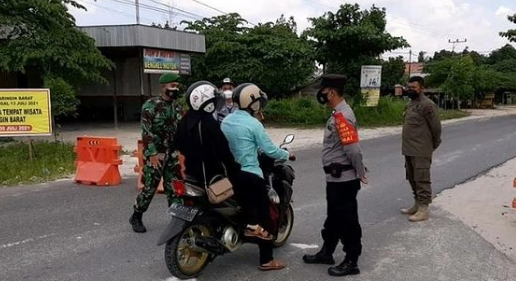 Petugas Gabungan di Pos Penyekatan Bagikan Masker ke Penguna Jalan