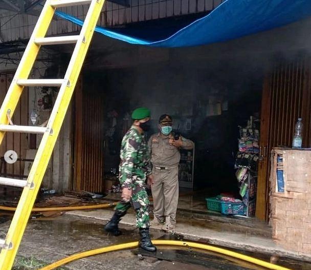 Dannramil 1015-08/Mentawa Baru Ketapang Turun Langsung beserta Anggota Bantu Tangani Kebakaran Pasar PPM