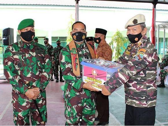 Danrem 102/Pjg serahkan Bingkisan Sembako Untuk Purnawirawan dan FKPPI