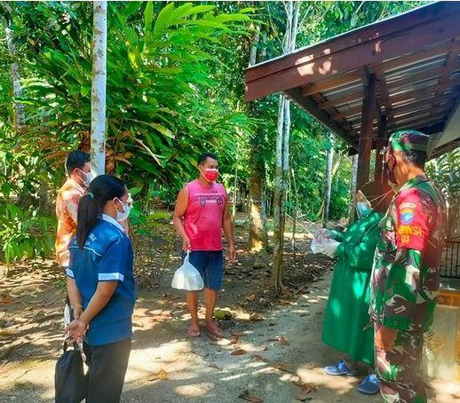 Bersama Aparat Desa, Babinsa Dawak Salurkan Bantuan Sembako Kepada Warga yang Menjalani Isoman
