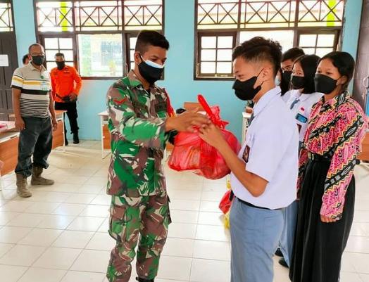 Siswa yang Terdampak Banjir di Aruta Mendapatkan Bantuan