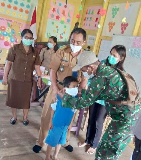 Danpos Koramil 1015-04/ Katingan Tengah Dampingi Kades Bagikan Masker Secara Gratis Kepada Anak Sekolah