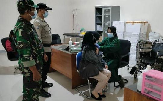 Babinsa Koramil Pahandut Dampingi Pelaksanaan Vaksinasi Dalam Mencapai Herd Immunity