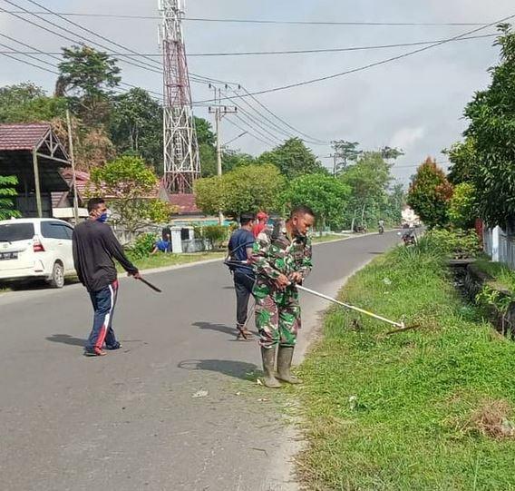 Babinsa Koramil 1015-09/Baamang Bersama Warga Gotong Royong Bersihkan Parit