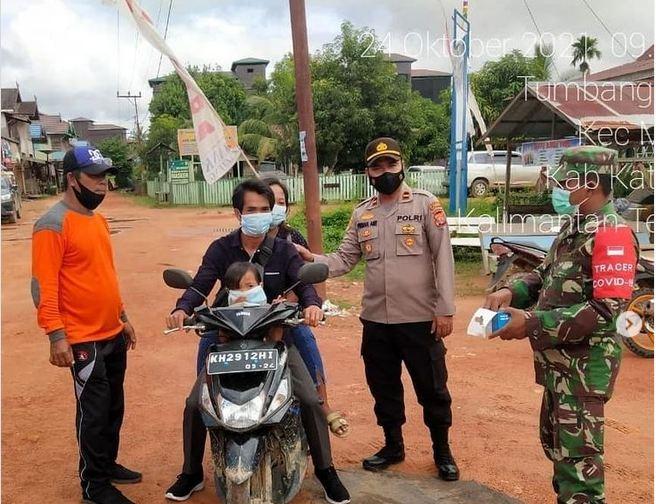 Babinsa Koramil 1015-05/Marikit Bersama Personil Gabungan Laksanakan Operasi Yustisi Prokes Covid-19