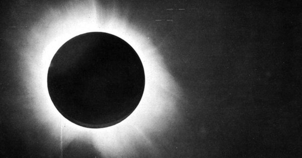 Одна из фотопластинок, по которым Эддингтон определил отклонение света звёзд.