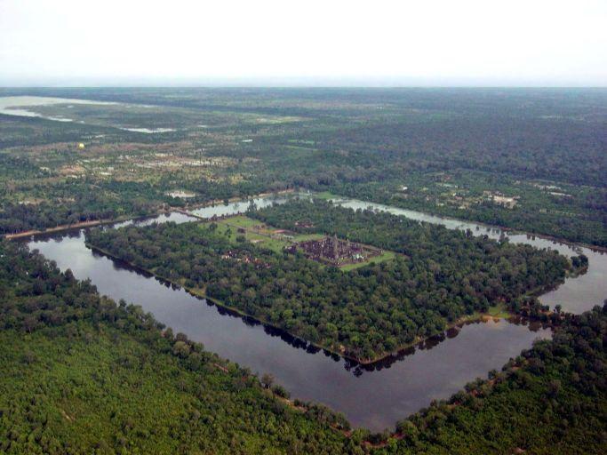 Вид на Ангкор-Ват с самолёта.