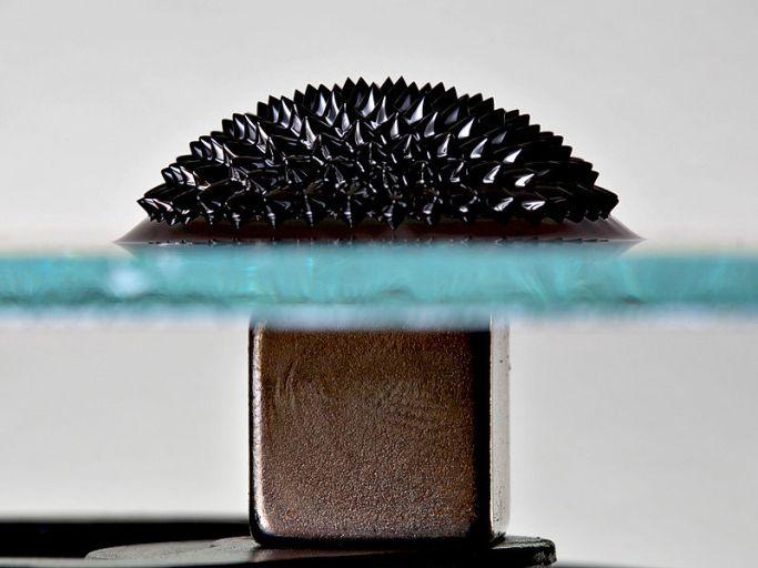 Ферромагнитная жидкость на стекле под воздействием магнита, помещённого под стекло.