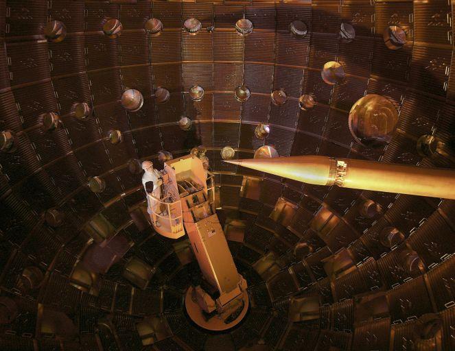 Внутри мишенной камеры. Хольраум ссобственно мишенью— вцентре, накончике «иглы».