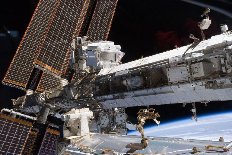 Магнитный альфа-спектрометр, установленный на МКС.