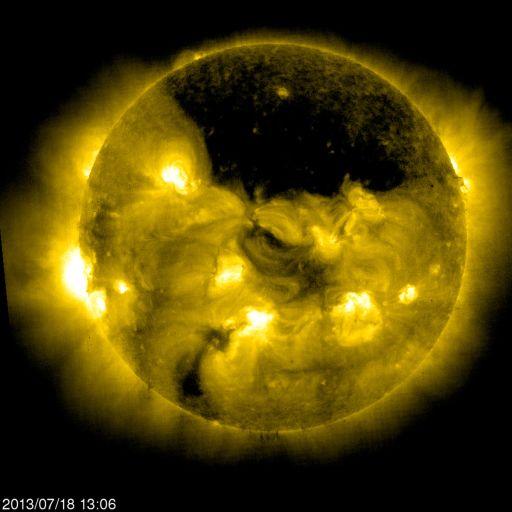 Фотография Солнца, сделанная аппаратом SOHO на длине волны 28,4 нм 18 июля в 18:06 мс.