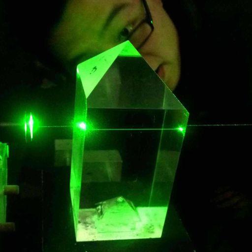 Красивая фотография DKDP кристалла. На самом деле внешне это самый обычный прозрачный кристалл типа кварца, например.