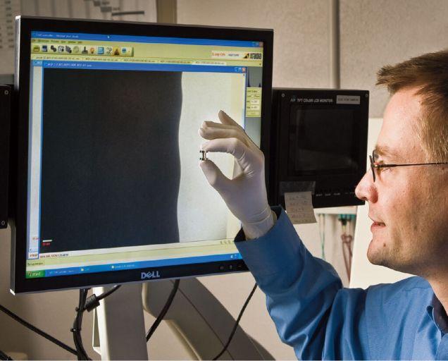 Этот мужик ([Дэниэл Синарс](http://www.linkedin.com/pub/daniel-sinars/a/208/a5b), если кому интересно) держит вруках как раз один изцилиндриков, через который будут пропускать десятки мегаампер