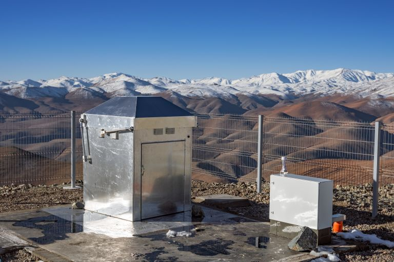 Компактный павильон MASCARA на эффектном фоне снежных горных вершин в Чили.