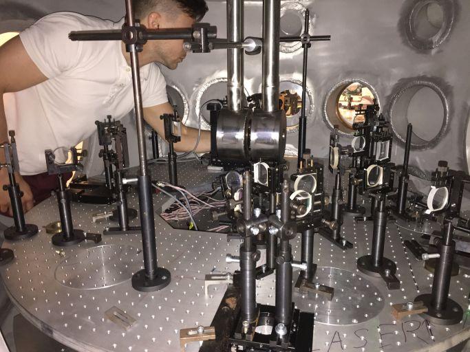 Вот так выглядит изнутри мишенная камера на лазерной установке PEARL в Институте прикладной физике РАН, где я работаю. Именно здесь и происходит ускорение протонов.
