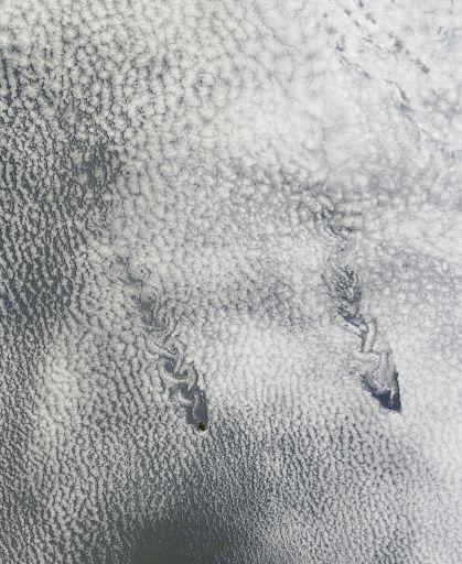 Пара параллельных дорожек фон Кармана в облаках над Тихим океане.