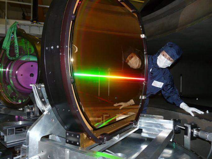 Центральным и самым дорогим элементом любой сверхмощной фемтосекундной лазерной системы является вот такое огромное дифракционное зеркало. Обратите внимание, насколько чёткую радугу оно даёт.