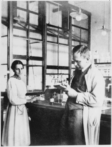 Лиза Мейтнер  и Отто Ган в лаборатории где-то между 1912 и 1914 годами.