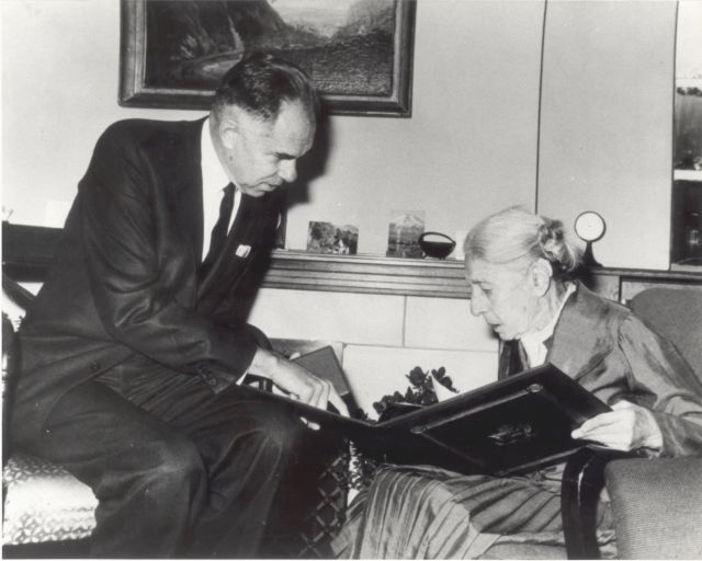 В 1966 году Лизе Мейтнер была вручена премия Энрико Ферми. Премию вручал председатель Комиссии по атомной энергии США Гленн Сиборг.