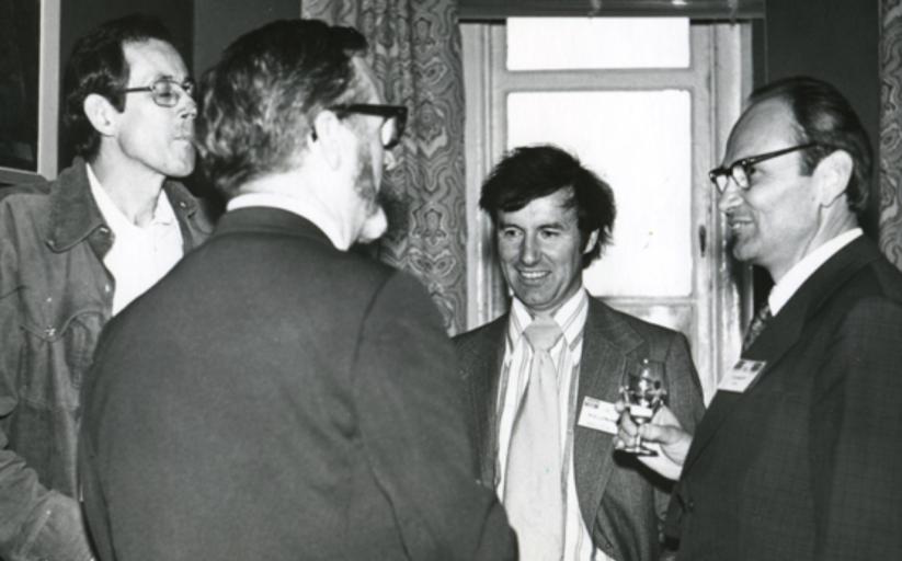 Слева направо: Джим Пиблс, [Джорж Эйбелл](https://ru.wikipedia.org/wiki/Эйбелл,_Джордж_Огден), [Мальколь Лонгэйр](https://en.wikipedia.org/wiki/Malcolm_Longair) и Яан Эйнасто на конференции в СССР в 1977 году