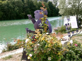 Visit of statues of Cumières during champagne cruise on barge Johanna