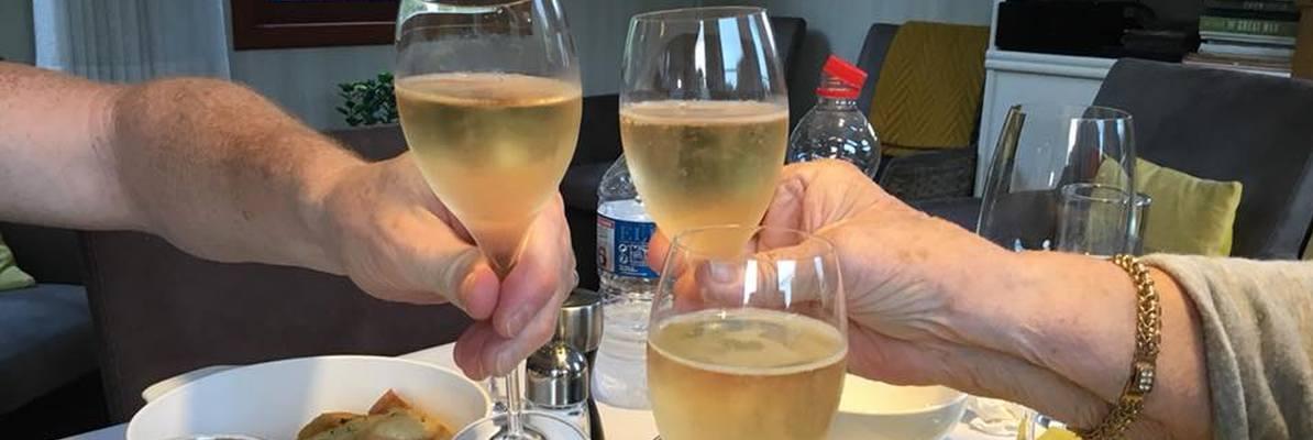 Champagne toast bij het avondeten op barge Johanna