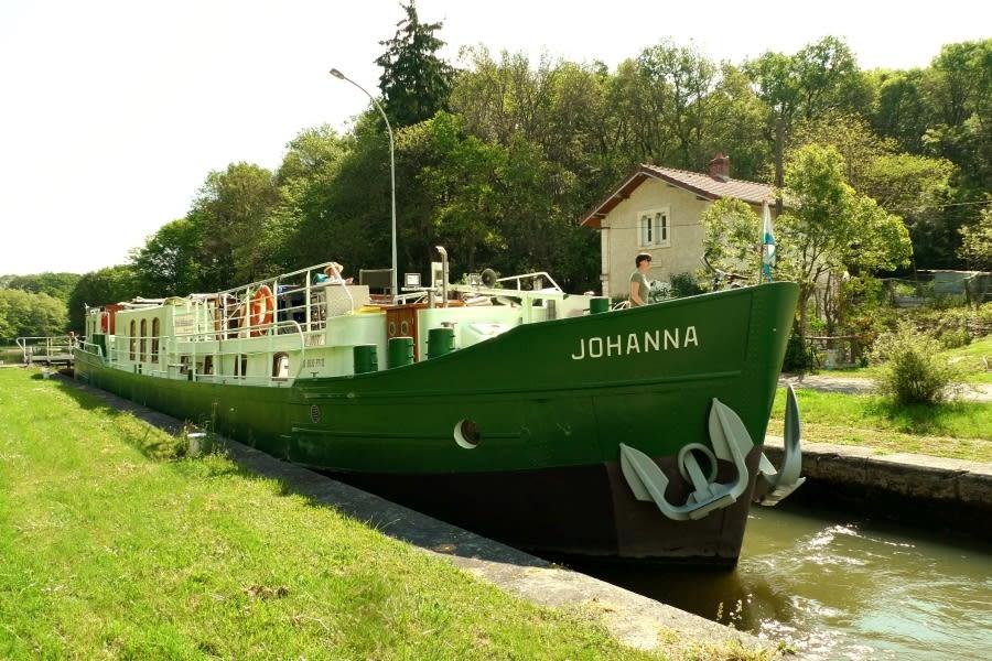Barge Johanna in een sluis op het Kanaal van Briare