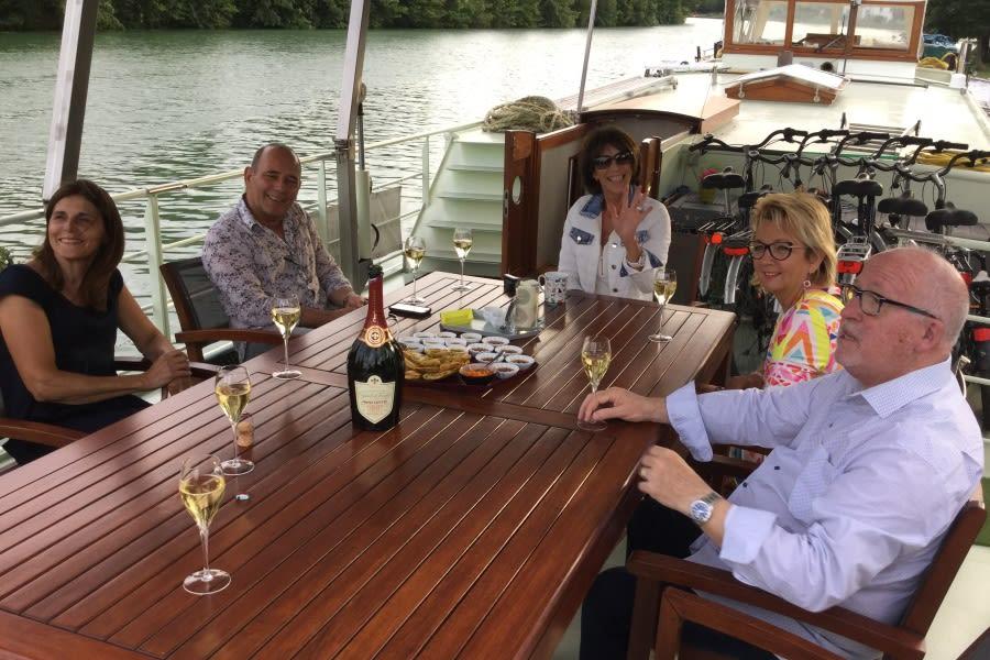 Familie of vrienden aan dek van barge Johanna