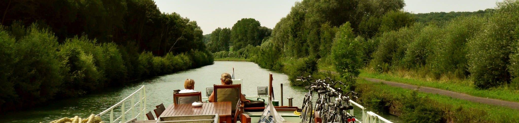Geniet van het langzaam boorbij glijdende landschap tijdens een kanaalcruise