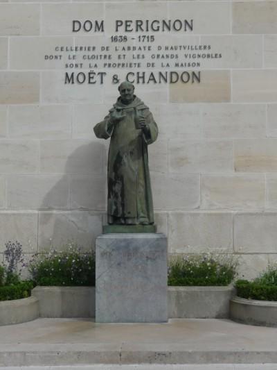 Dom Perignon standbeeld bij Moet et Chandon