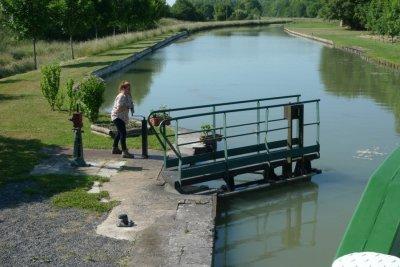 Manuele sluisbedieniing op kanaal van Briare