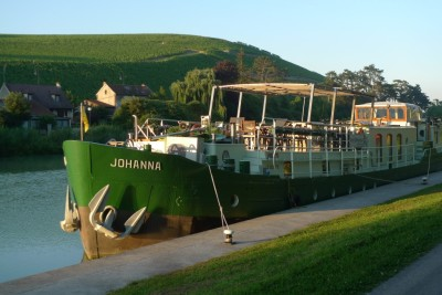 Barge cruises in France: Johanna moored at Marreuil-sur-aÿ