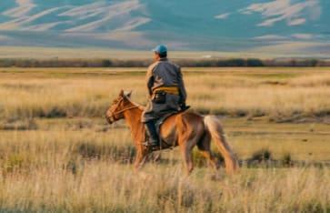 Reiter in der mongolischen Landschaft
