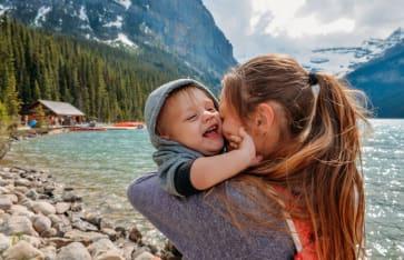 Mama mit einem Kind in der Nähe des Lake Louise