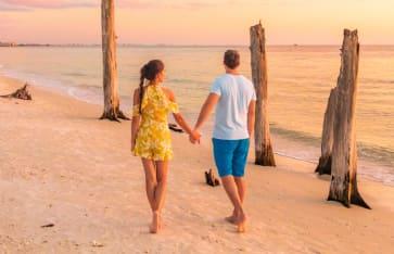 Paar am Strand von Belize
