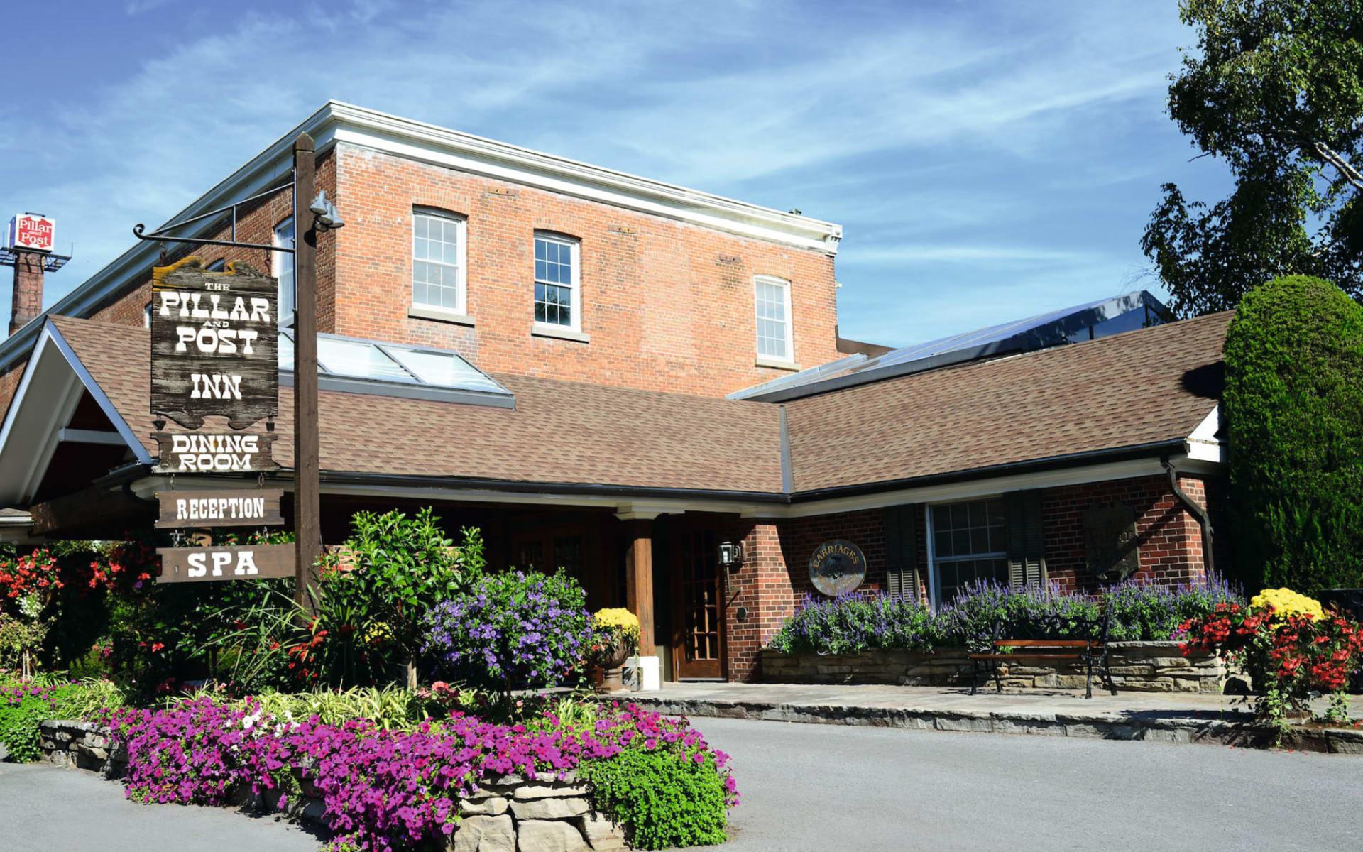 Pillar and Post Inn & Spa in Niagara on the Lake: _ exterior Pillar and Post Inn & Spa Sicht auf Eingang mit Schild