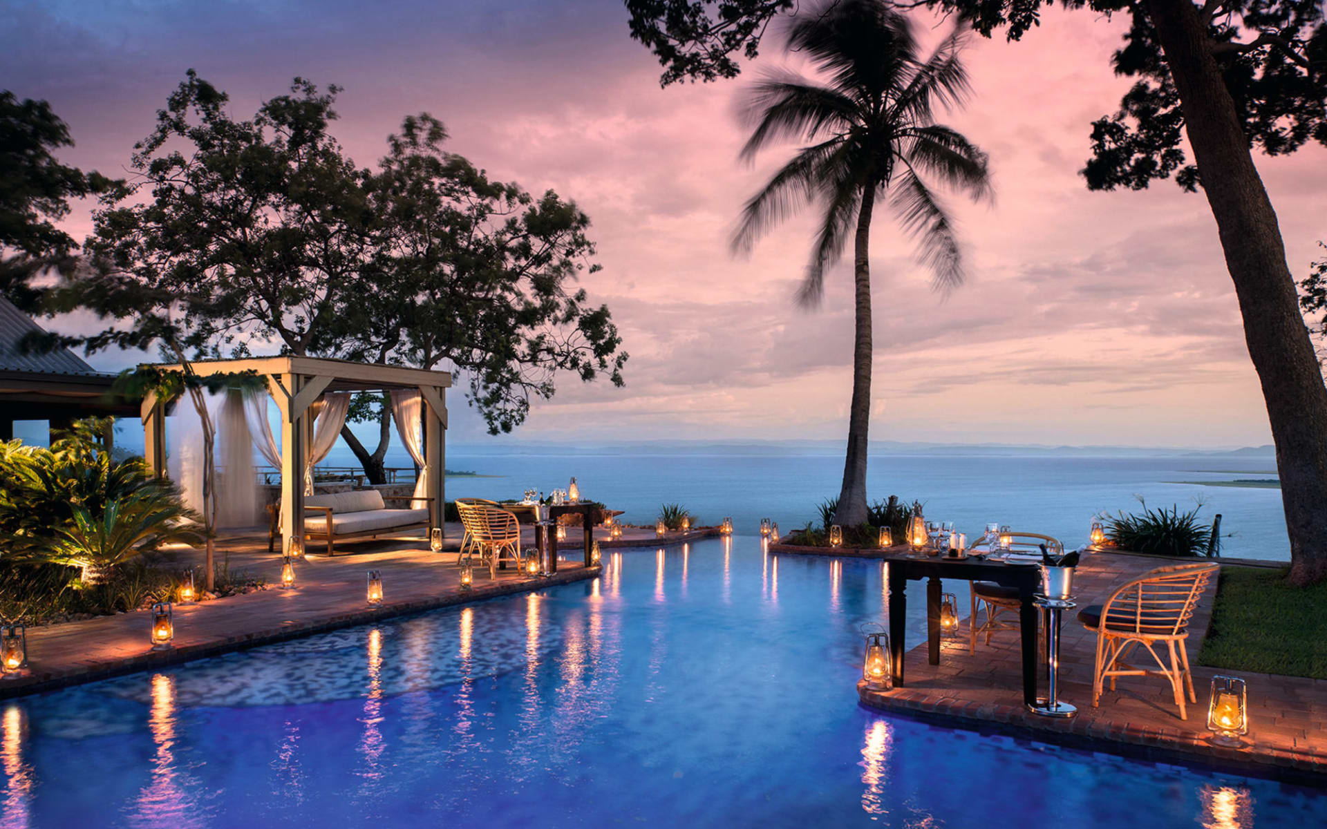 Bumi Hills Safari Lodge in Kariba: 10_facilities Bumi Hills -Swimmingpool bei D�mmerun gmit Blick auf Lake Karibe c African Bush Camps