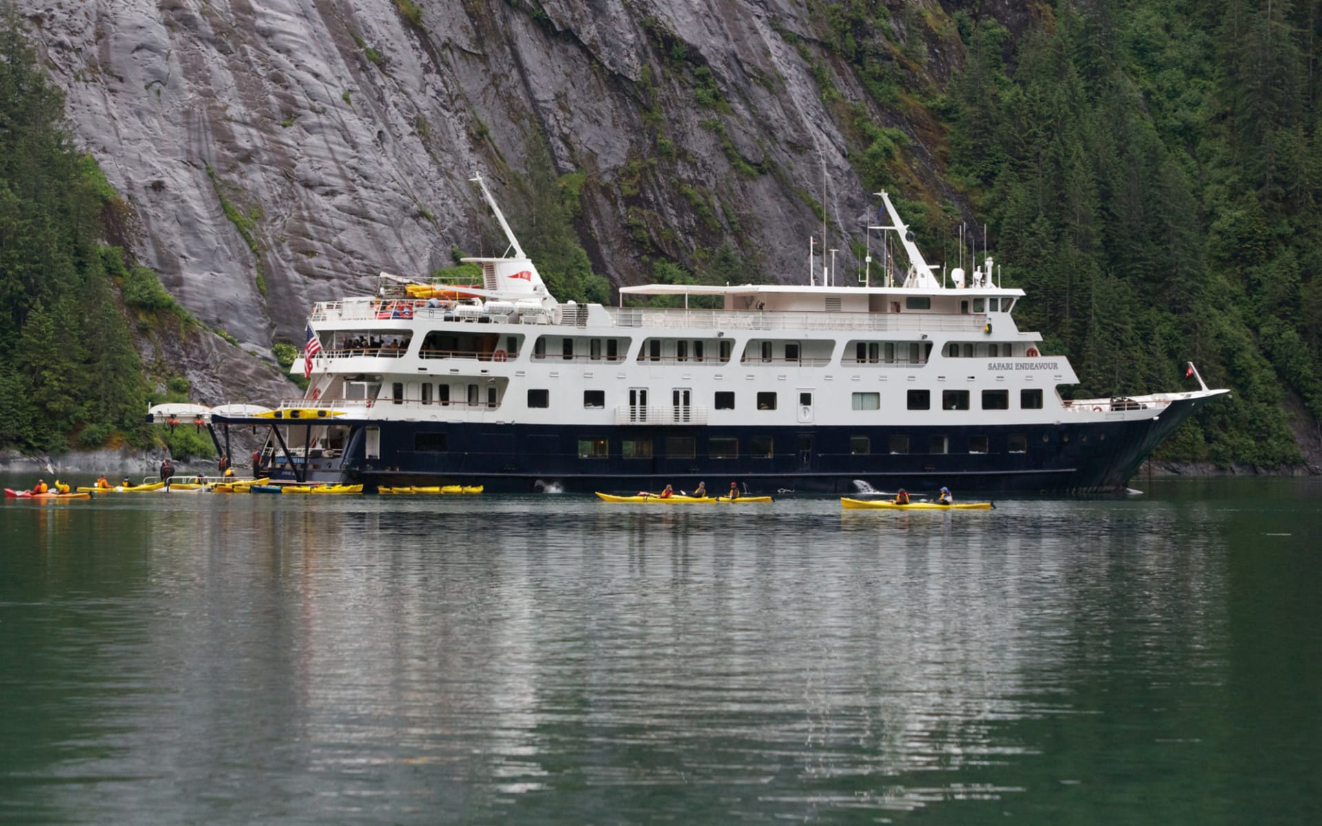 Yacht-Kreuzfahrten mit Un-Cruise Adventures ab Juneau: 2014_053_03_safari_endeavour_kayakers